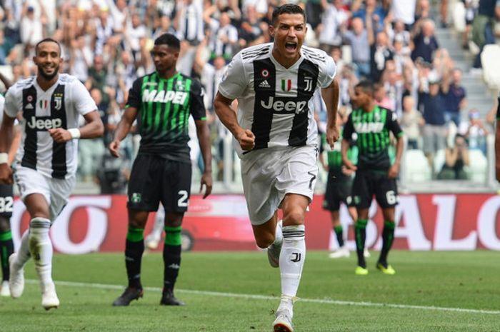 Selebrasi penyerang Juventus, Cristiano Ronaldo (tengah), setelah sukses mencetak gol pertamanya saat menghadapi Sassuolo di laga Liga Italia 2018-2019 di Stadion Allianz, Turin, Italia, pada Minggu 916/9/2018).