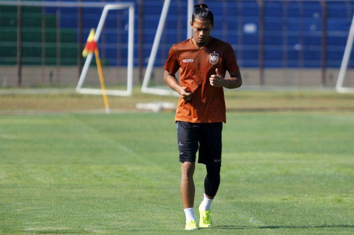 Kiper Jandia Eka Putra menjalani latihan terpisah dengan pemain PSIS Semarang lainnya dalam sesi lat