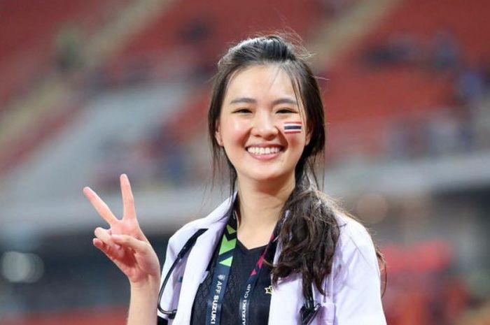 Sirin Triwutpipatkul, dokter tim Thailand yang mencuri perhatian saat Piala AFF 2018.