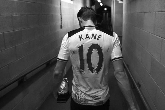 Striker Tottenham Hotspur, Harry Kane, berjalan menuju ruang ganti dengan membawa sepatu emas seusai laga Premier League kontra Hull City di KC Stadium, Hull, Inggris, pada 21 Mei 2017.