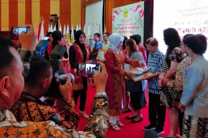 Perwosi memberikan penghargaan kepada sejumlah atlet wanita nasional pada era masa lalu yang telah mengharumkan nama Indonesia, di Ausitorium Mutiara PTIK, Jakarta, Senin (17/12/2018).