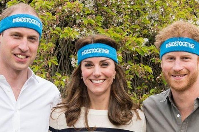 Pangeran William (kiri), berpose dengan Kate Middleton dan Pangeran Harry di Kensington Palace, London, Inggris, 21 April 2016.
