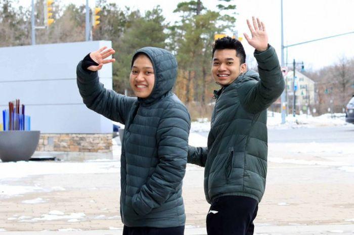 Pasangan ganda campuran Indonesia, Leo Rolly Carnando dan Indah, berjalan kaki dari tempat pertandingan ke hotel mereka seusai memenangi Kejuaraan Dunia Junior 2018 di Ontario, Kanada.