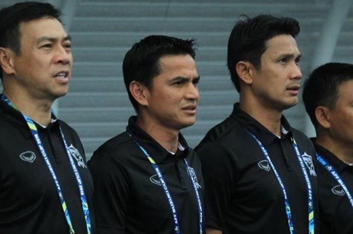 Kiatisuk Senamuang (kedua dari kiri) menyanyikan lagu kebangsaan menjelang partai antara Thailand dan Indonesia pada Grup A Piala AFF 2016 di Philippine Sports Stadium, 19 November 2016.