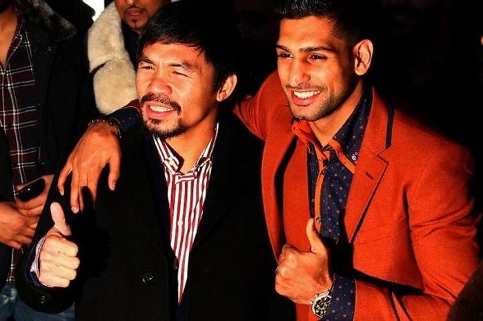 Petinju Filipina, Manny Pacquiao, dan petinju Inggris, Amir Khan, berfoto bersama setelah melakukan pembicaraan terkait peluang bertarung di Fitzroy Lodge Amateur Boxing Club, London, Inggris, 23 Januari 2015. Pacquiao vs Khan akan digelar pada 23 April 2017.