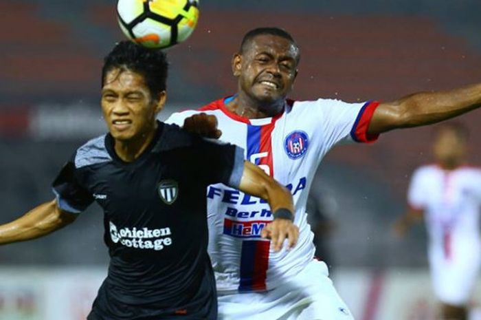 Duel udara gelandang Felcra FC, David Laly (kanan) dan pemain Terengganu FA, Kamal Azizi pada laga keempat Piala Malaysia 2018 di Stadion Cheras, Kuala Lumpur, 25 Agustus 2018.