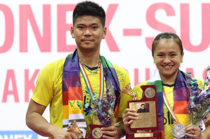 Pasangan ganda campuran nasional Indonesia, Praveen Jordan/Melati Daeva Oktavianti (kiri), berpose di atas podium runner-up India Terbuka 2018, di Siri Fort Indoor Stadium, New Delhi, India, Minggu (4/2/2018).