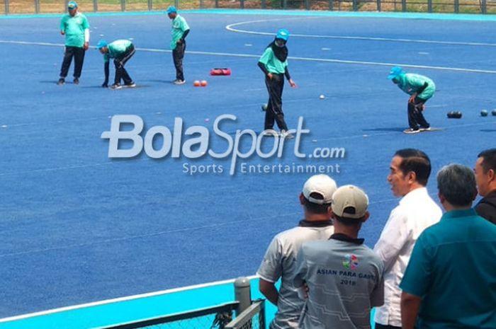 Presiden Republik Indonesia Joko Widodo (kemeja putih) saat meninjau cabang olahraga lawn bowls yang akan berkompetisi pada Asian Para Games 2018, di Lapangan Hoki Gelora Bung Karno, Senayan, Jakarta, Kamis (27/9/2018).