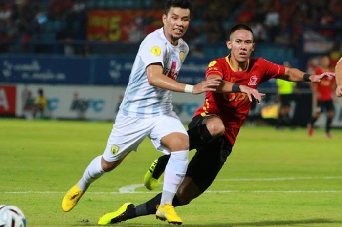 Aksi bek PTT Rayong asal Indonesia, Ryuji Utomo (kanan) saat menghadang laju pemain Khon Kaen FC pada laga Liga Thailand 2 2018, 22 Juli 2018.