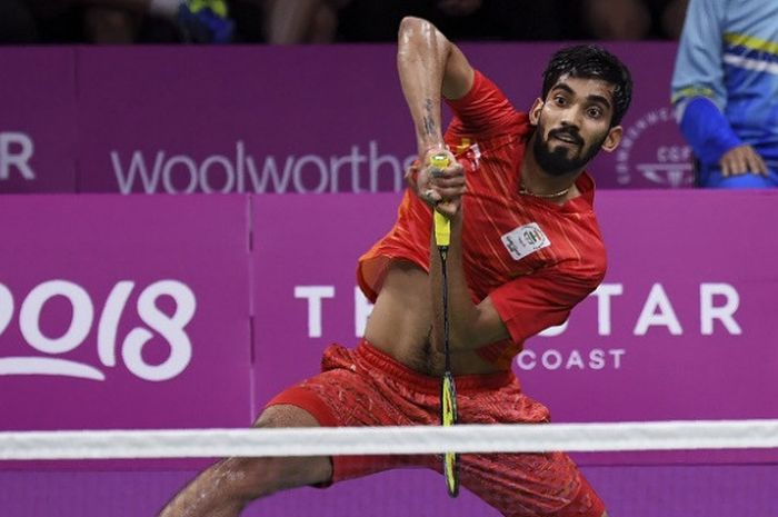 Pebulu tangkis tunggal putra India, Kidambi Srikanth, mengembalikan kok ke arah Lee Chong Wei (Malaysia) pada final nomor beregu Commonwealth Games 2018 di Carrara Sports Arena, Gold Coast, Australia, Senin (9/4/2018).