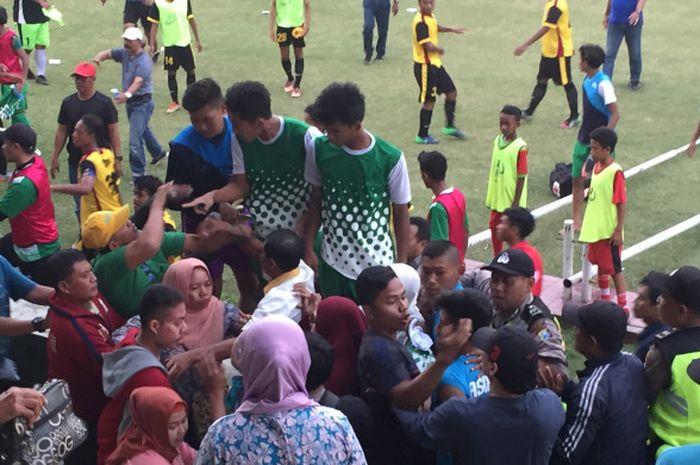 Suasana keributan di tribune Stadion Jenggolo, Sidoarjo saat ASIFA Malang bersua tuan rumah Persida Sidoarjo pada laga Piala Soeratin U-17 zona Jatim, 23 Juli 2017.