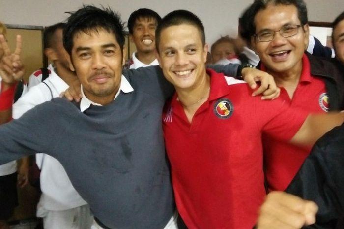 Pelatih Semen Padang, Nilmaizar merangkul fisioterapis Mathias Ibo seusai timnya menahan tuan rumah