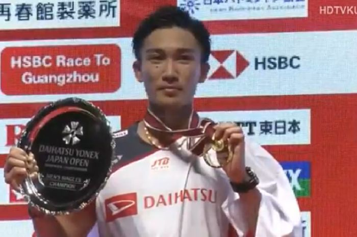 Tunggal putra Jepang, Kento Momota, di podium Japan Open 2018 usai menang 21-14, 21-11 atas Khosit Phetpradab (Thailand) pada Minggu (16/9/2018) di Musashino Forest Sport Plaza, Tokyo, Jepang.