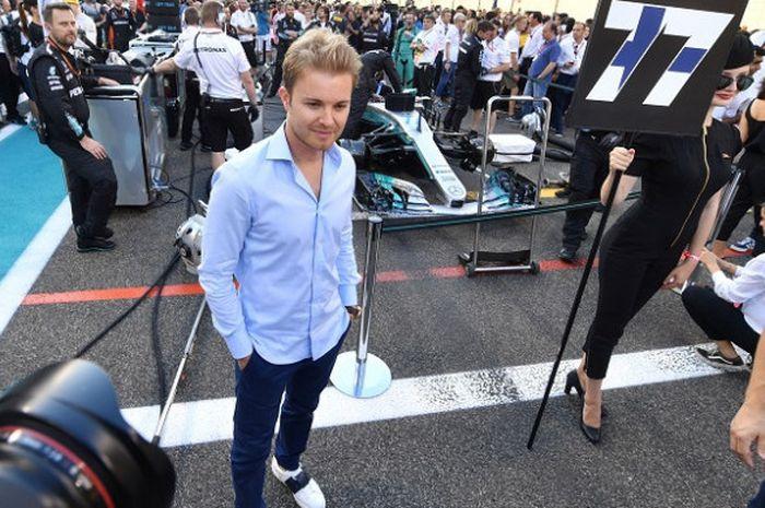 Mantan pebalap Formula 1 asal Jerman, Nico Rosberg, berdiri di garis finis pada GP Abu Dhabi di Sirkuit Yas Marina, 26 November 2017.
