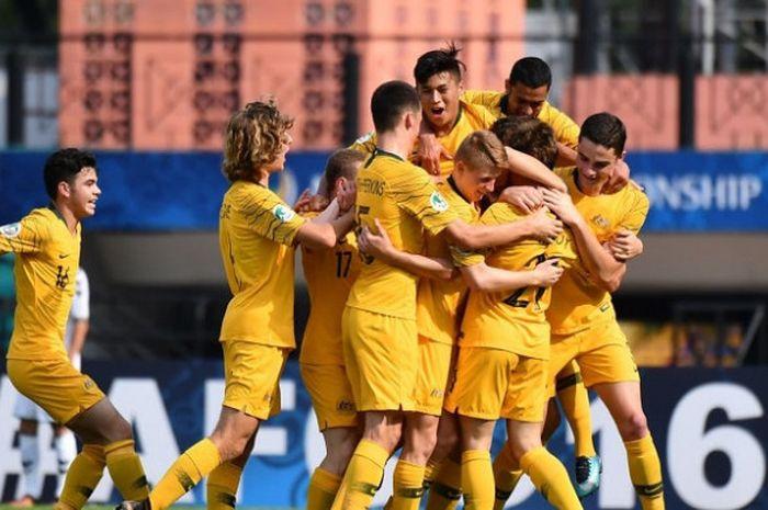 Para pemain Timnas U-16 Australia bergembira usai menaklukkan Timnas U-16 Afghanistan 4-0 di Stadion Petaling Jaya, Petaling Jaya, Malaysia, Jumat (27/9/2018) sore WIB. Kemenangan itu meloloskan Australia ke perempat final Piala Asia U-16 2018 sebagai runner-up Grup D.