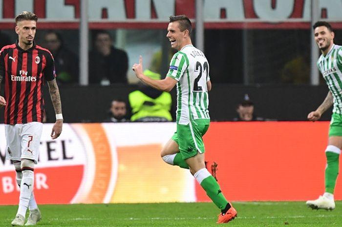 Gelandang Real Betis, Giovani Lo Celso (tengah), merayakan gol yang dicetak ke gawang AC Milan dalam