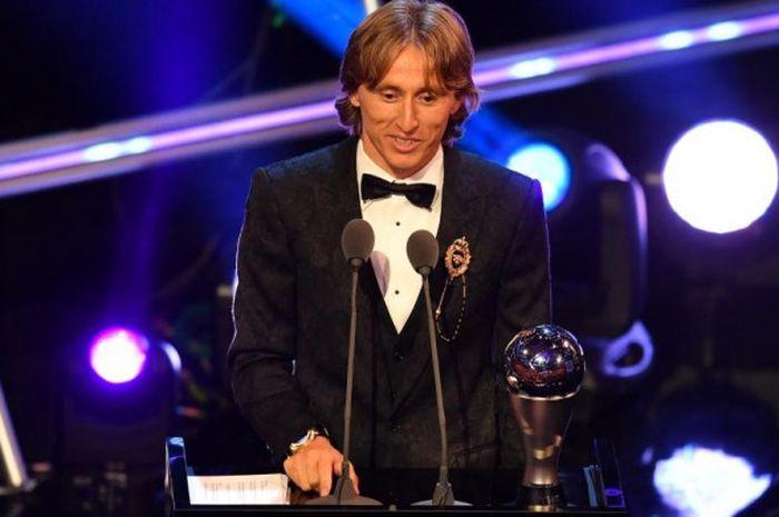Luka Modric memberikan pidato singkat dengan trofi Pemain Terbaik FIFA dalam acara penganugerahan The Best FIFA Football Awards di London, 24 September 2018.