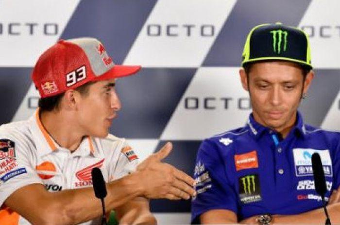 Valentino Rossi (kanan) menolak jabat tangan Marc Marquez (kiri) saat sesi konferensi pers.