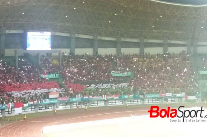 Bendera Indonesia dan Palestina dibentangkan pendukung Garuda Muda di tribune utara Stadion Patrio