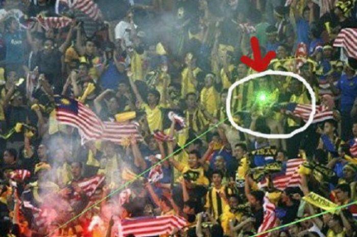 Suporter Malaysia tertangkap kamera mengunakan sinar laser pada pertandingan di Piala AFF 2010 lalu di stadion Bukit Jalil, Malaysia