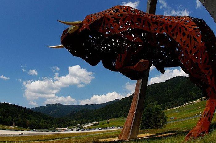 Patung banteng di Sirkuit Red Bull Ring.