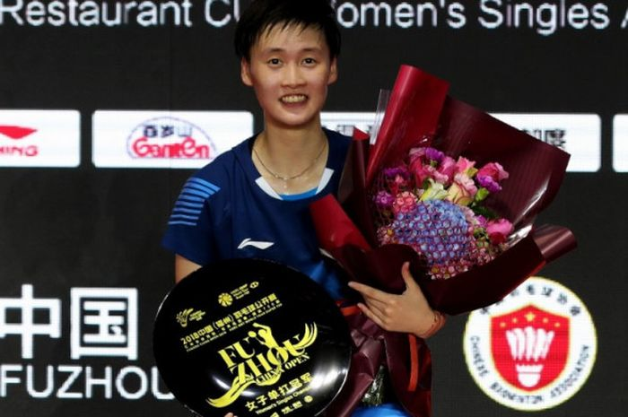 Tunggal putri China, Chen Yufei, tersenyum bahagia di podium Fuzhou China Open 2018 usai menang atas