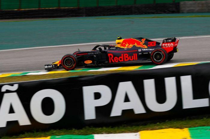 Pebalap Red Bull Racing, Max Verstappen, saat tampil dalam sesi latihan bebas pertama F1 GP Brasil 2