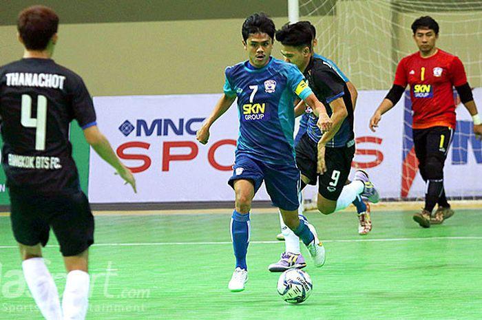 Aksi pemain SKN Kebumen, Farhan Rizqy saat melawan Bangkok BTS FC dalam laga Grup A AFF Futsal Club Championship 2018 di GOR UNY, Yogyakarta, Senin (16/7/2018).