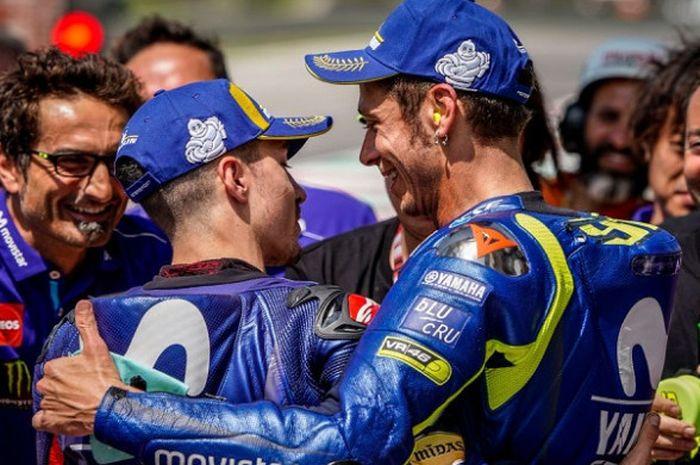 Dua pebalap Movistar Yamaha, Maverick Vinales dan Valentino Rossi saling berpelukan usai sesi kualifikasi MotoGP Italia 2018 berakhir pada Sabtu (2/6/2018).