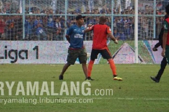 Seorang suporter nyaris baku-pukul dengan pemain cadangan Persebaya Surabaya yang sedang berlatih di lapangan Stadion Kanjuruhan, Kepanjeng, Kabupaten Malang, Sabtu (6/10/2018) sore WIB.