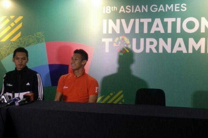 Pemain tim voli putra Indonesia 2, Sigit Ardian dan Aji Maulana (kanan) berbicara dalam konferensi pers seusai laga di Tennis Indoor, Senayan, Jakarta, Selasa (13/2/2018).