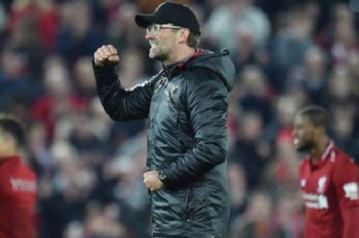 Pelatih Liverpool, Juergen Klopp, berselebrasi dalam laga melawan Everton di Liga Inggris, Minggu (2/12/2018)