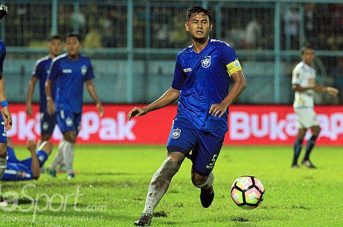 Aksi bek PSIS Semarang, Haudi Abdillah, saat mengontrol bola dalam laga kedua Grup E Piala Presiden 2018 melawan Arema FC di Stadion Kanjuruhan, Malang, Kamis (25/1/2018).