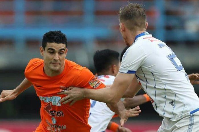 Penyerang Borneo FC, Matias Conti coba dihadang bek PSIS Semarang, Petar Planic (kanan) pada laga pe