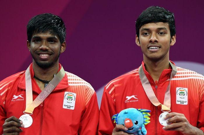 Pasangan ganda putra India Satwiksairaj Rankireddy/Chirag Shetty, berpose dengan medali perak Common