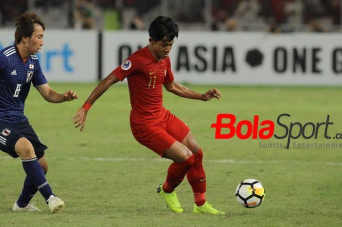 Bek timnas U-19 Indonesia, Firza Andika (kanan) melindungi bola dari pemain timnas U-19 Jepang, Kany