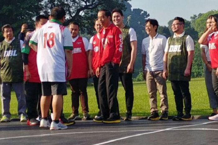 Presiden Joko Widodo saat hendak bermain bola basket bersama para pemain DBL di halaman Istana Bogor, Jawa Barat, Sabtu (12/5/2018) pagi.
