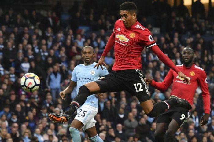 Bek Manchester United, Chris Smalling, mencetak gol ke gawang Manchester City di ajang Liga Inggris
