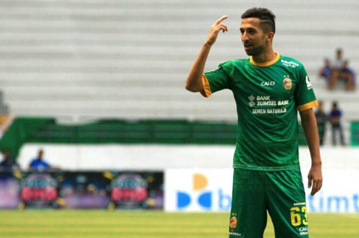 Pemain Sriwijaya FC, Manuchekhr Dzhalilov saat melawan Madura United pada laga kedua grup B Piala Gu