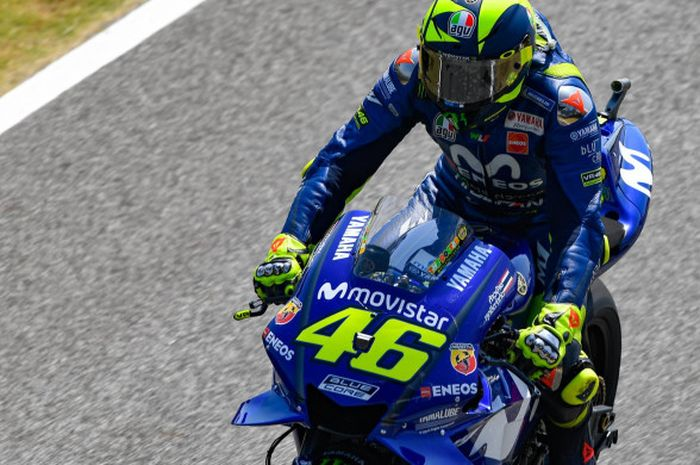 Pebalap Movistar Yamaha, Valentino Rossi, saat tampil pada sesi latihan bebas kedua MotoGP Thailand di Sirkuit Buriram, Thailand, Jumat (5/10/2018).