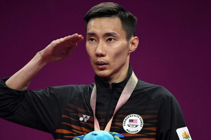 Pebulu tangkis tunggal putra Malaysia, Lee Chong Wei, melakukan penghormatan kepada bendera setelah upacara pengalungan medali emas pada Commonwealth Games 2018 setelah mengalahkan Kidambi Srikanth (India) pada final yang berlangsung di Carrara Sports Arena, Gold Coast, Australia, Minggu (15/4/2018).