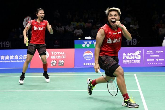 Pasangan ganda putri Indonesia, Greysia Polii/Apriyani Rahayu, melakukan selebrasi setelah memenangi laga atas Chen Qingchen/Jia Yifan (China), 23-21, 23-21, pada laga perempat final yang berlangsung di Nanjing Youth Olympic Center, Jumat (3/8/2018).