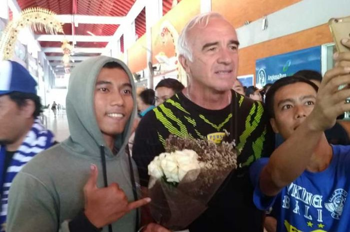 Mario Gomez dan para skuat Persib Bandung mendapat sambutan istimewa dari bobotoh di Bali.