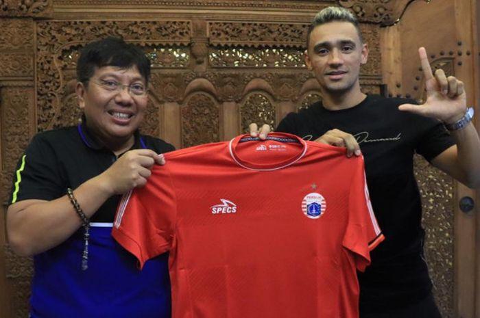 Direktur Utama Persija, Gede Widiade (kiri), memperkenalkan rekrutan baru Bruno Oliveira de Matos (kanan).