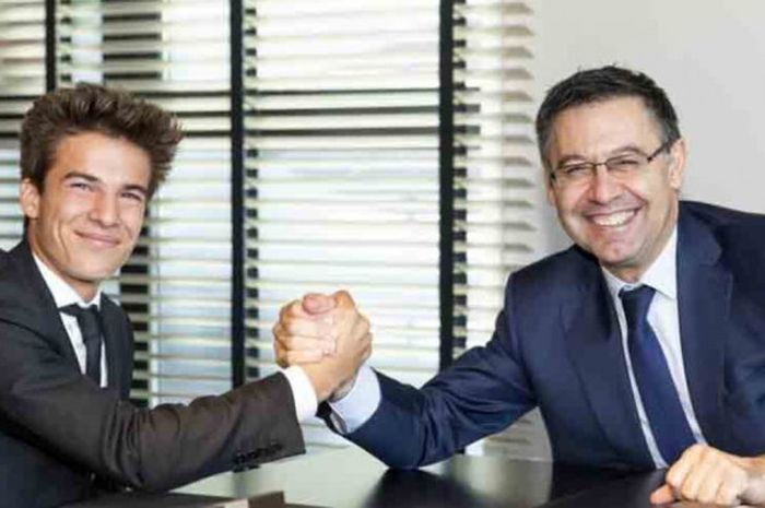 Pemain Barcelona, Riqui Puig, bersama Presiden Josep Maria Bartomeu usai menandatangani kontrak prof