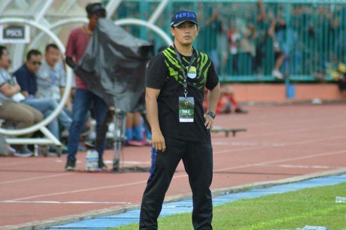 Pelatih fisik Persib Bandung, Yaya Sunarya saat memimpin pertandingan melawan PSCS Cilacap pada babak 64 besar Piala Indonesia 2018 di Stadion Wijayakusuma, Rabu (5/12/2018).