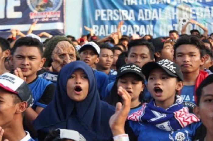 Nyanyian dan teriakan Balistik yang menggema di seluruh stadion, Sabtu (17/9/2016).