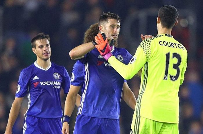 Bek Chelsea, Gary Cahill, dan Kiper Chelsea, Thibaut Courtois, merayakan kemenangan timnya atas Southampton dalam laga lanjutan Premier League 2016-2017 di Stadion St Mary's, Southampton, pada 30 Oktober 2016.