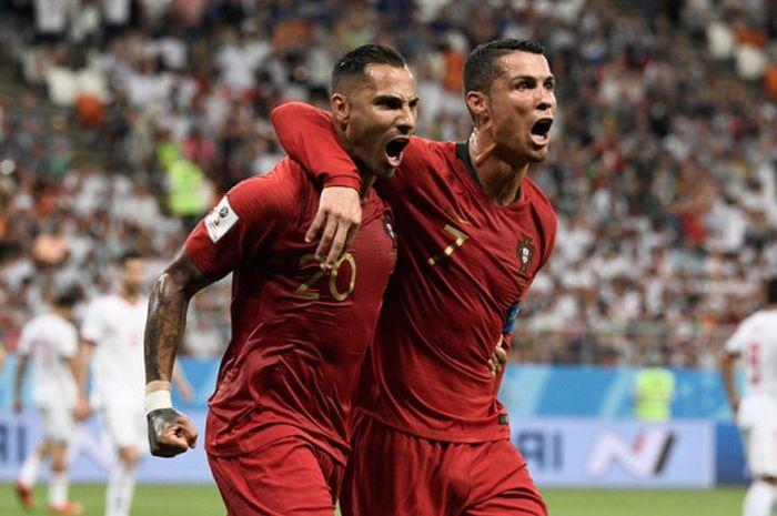 Penyerang Portugal, Ricardo Quaresma (kiri), merayakan golnya bersama Cristiano Ronaldo dalam laga G