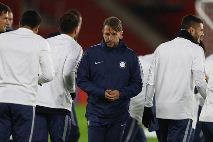 Pelatih sementara Inter Milan, Stefano Vecchi (tengah), saat memimpin sesi latihan menjelang laga Lga Europa kontra Southampton di St Mary's Stadium, Southampton, 2 November 2016.